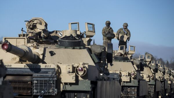 Members of US Army's 4th Infantry Division 3rd Brigade Combat Team 68th Armor Regiment 1st Battalion prepare to unload some Abrams battle tanks after arriving at the Gaiziunai railway station, some 110 kms (69 miles) west of the capital Vilnius, Lithuania, Friday, Feb. 10, 2017. - Sputnik Mundo