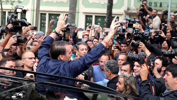 Jair Bolsonaro, candidato a la Presidencia de Brasil, posa para los periodistas, tras votar en Río de Janeiro - Sputnik Mundo