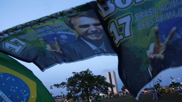 Carteles con imagen del candidato presidencial brasileño, Jair Bolsonaro - Sputnik Mundo
