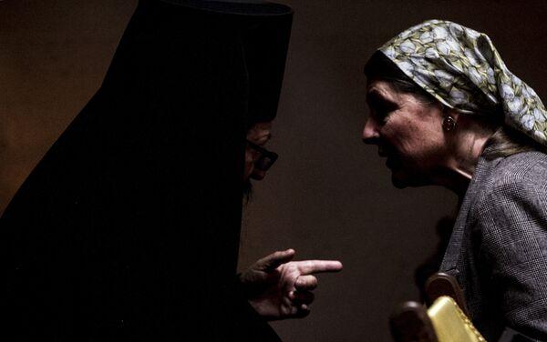 Miembro de Iglesia Ortodoxa Rusa habla con una de las fieles durante uno de los oficios religioso - Sputnik Mundo