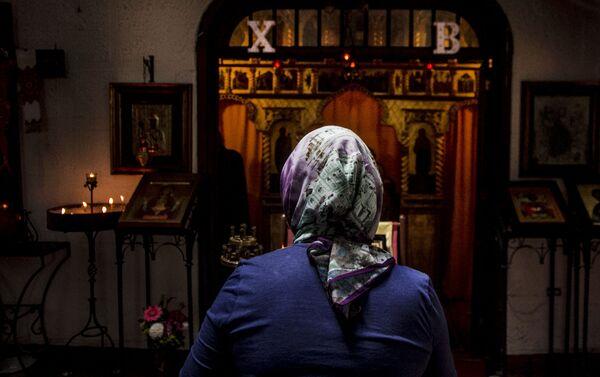 Mujer creyentes de la Iglesia Ortodoxa Rusa en la Ciudad de México durante el oficio religioso en la colonia Cuauhtémoc - Sputnik Mundo