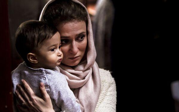 Mujer con su bebé en la Iglesia Ortodoxa Rusa en la  Ciudad de México durante uno de los oficios religiosos - Sputnik Mundo