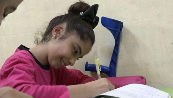 Una niña siria a la que le implantaron en Rusia prótesis en piernas vuelve a la escuela - Sputnik Mundo