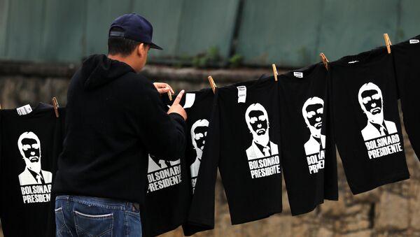 Un hombre vende camisetas de Jair Bolsonaro en Brasil - Sputnik Mundo