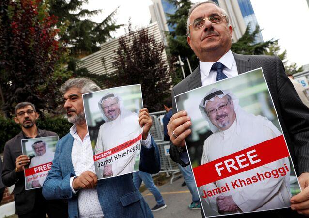 Personas con retratos del periodista opositor saudí Jamal Khashoggi protestan cerca del consulado saudí en Estambul