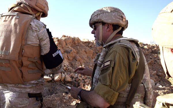Augusto Ferrer-Dalmau quiere contar la verdad que ha visto con sus propios ojos en Siria. En la imagen, Ferrer-Dalmau se dirige a un militar ruso. - Sputnik Mundo