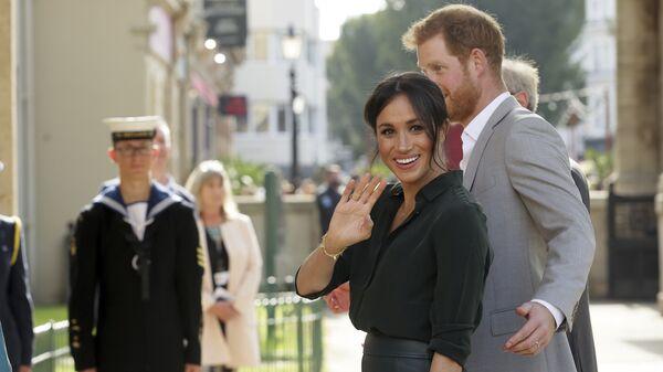 Meghan Markle y el príncipe Harry visitan Sussex - Sputnik Mundo