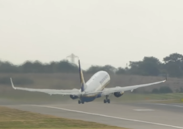 Un avión lucha contra ráfagas de viento en un despegue extremo