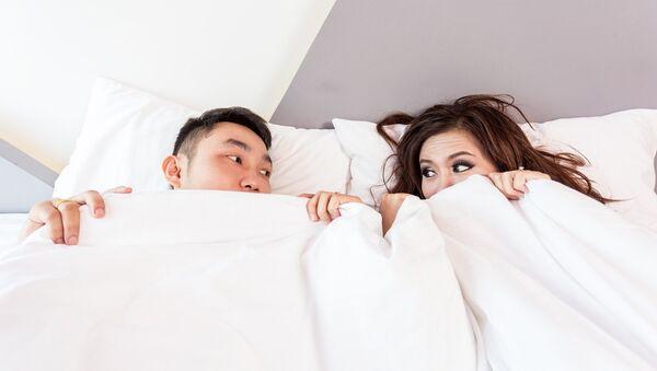 Una pareja en la cama - Sputnik Mundo