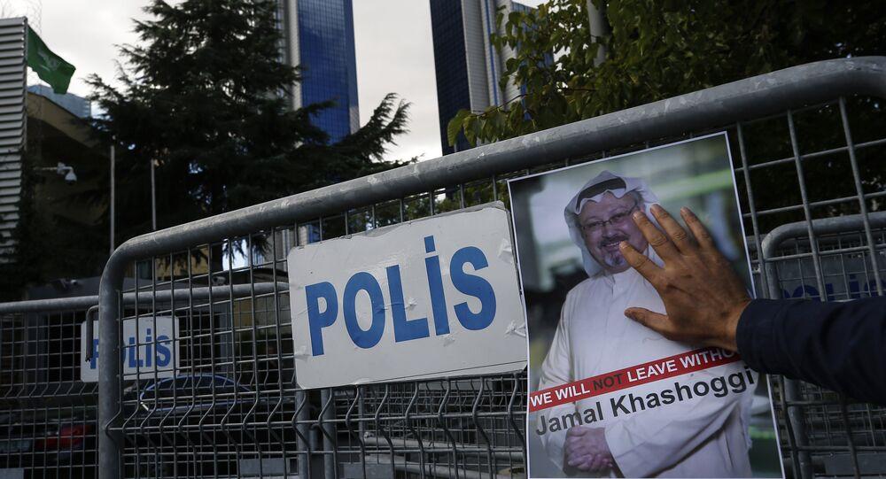 Retrato del periodista opositor saudí Jamal Khashoggi cerca del consulado saudí en Estambul