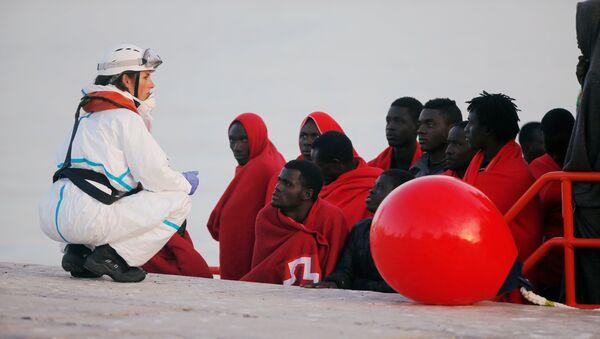 Migrantes desembarcan del barco de rescate en un puerto español - Sputnik Mundo