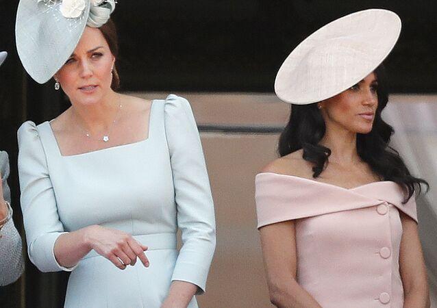 Kate Middleton, duquesa de Cambridge, (izda.) y Meghan Markle, duquesa de Sussex (drcha.)