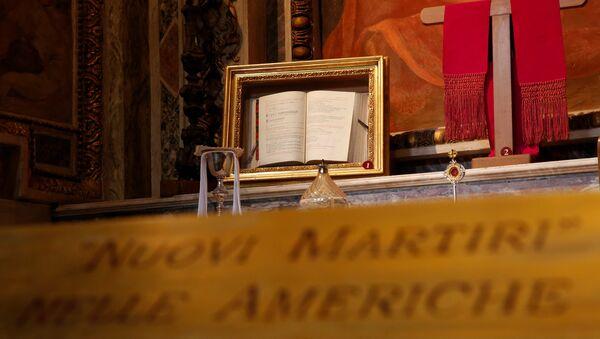 Un misal del obispo Óscar Arnulfo Romero en la Basílica de San Bartolomé, en Roma - Sputnik Mundo