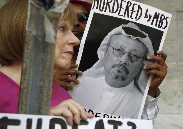 Personas con retratos del periodista saudí Jamal Khashoggi protestan en Washington (archivo)