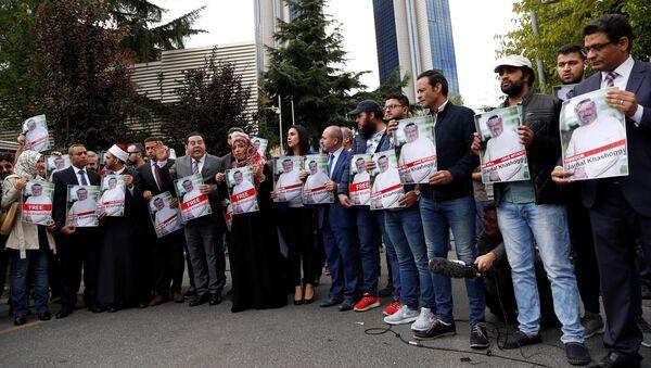 Activistas de derechos humanos con la foto del periodista desaparecido, Jamal Khashoggi (archivo) - Sputnik Mundo