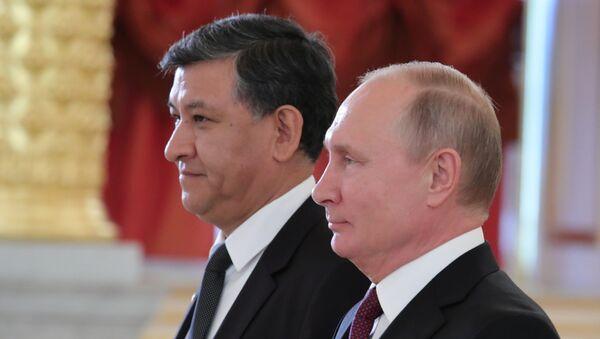 Nuevo embajador de Bolivia en Rusia, Hugo Villarroel Senzano, y presidente de Rusia, Vladímir Putin - Sputnik Mundo