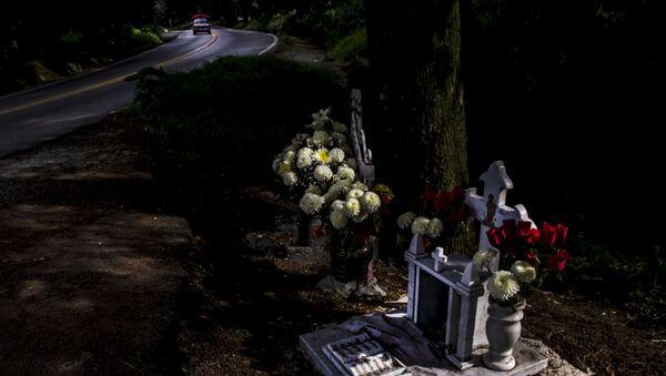 Cenotafios de Eric Santillán y Armando Mesino, fallecidos en un accidente de motocicleta en el kilómetro 31 de la carretera 95 México-Cuernavaca - Sputnik Mundo