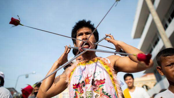Participantes del Festival Vegetariano de Phuket durante su procesión al santuario de Loem Hu Thai Su. - Sputnik Mundo