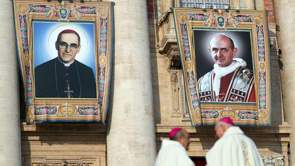 Imágenes de monseñor Óscar Arnulfo Romero y papa Pablo VI, canonizados en Vaticano - Sputnik Mundo