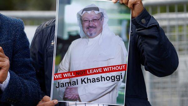 Activista con la foto del periodista desaparecido, Jamal Khashoggi (imagen referencial) - Sputnik Mundo