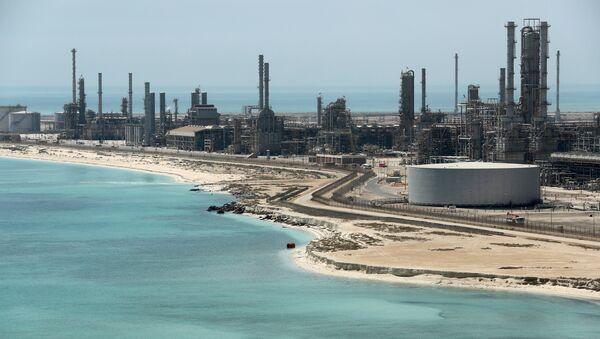 Vista general de la refinería de petróleo Ras Tanura y la terminal petrolera de Aramco en Arabia Saudí - Sputnik Mundo