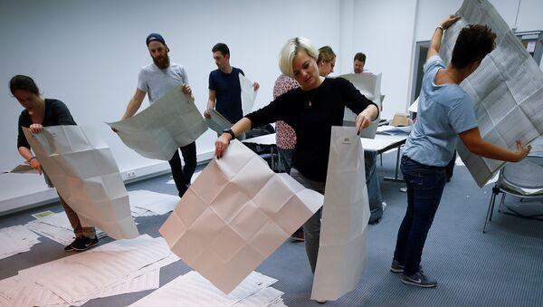 Los funcionarios electorales clasifican las papeletas de votación después de la conclusión de la votación en las elecciones estatales de Baviera en Múnich, Alemania. - Sputnik Mundo
