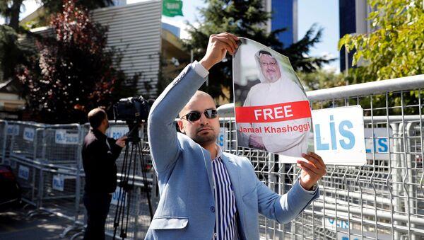 Un activista con la foto del periodista desaparecido, Jamal Khashoggi - Sputnik Mundo