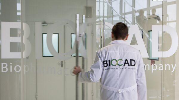 Un empleado de la farmacéutica rusa BIOCAD - Sputnik Mundo