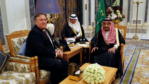 El secretario de Estado de EEUU, Mike Pompeo y el rey de Arabia Saudí, Salman bin Abdulaziz - Sputnik Mundo