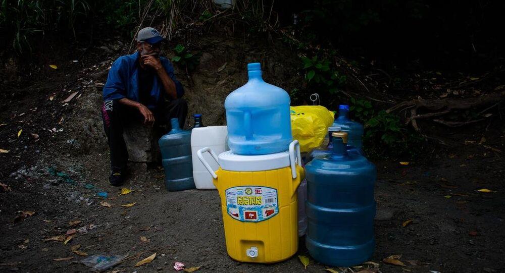 Un habitante de Caracas con envases plásticos (imagen referencial)