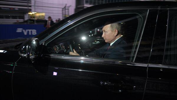 El presidente de Rusia le presentó a su homólogo egipcio, Abdelfatah Sisi, la nueva línea de automóviles rusos de la marca Aurus. - Sputnik Mundo