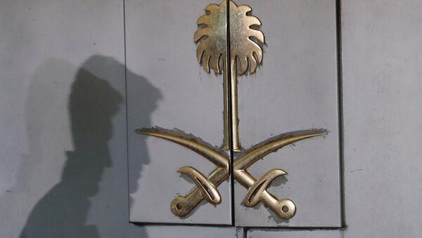Una silueta en la entrada del consulado de Arabia Saudita en Estambul, Turquía - Sputnik Mundo