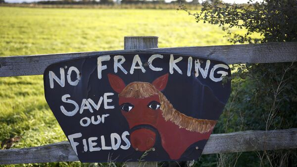 An anti fracking sign hangs on a fence near the village of Roseacre, northern England, October 6, 2016. - Sputnik Mundo