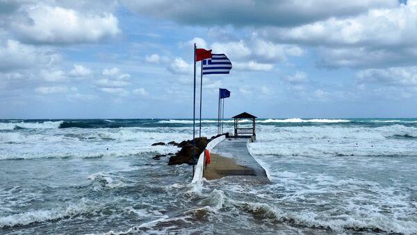 Bandera de Grecia en la isla de Creta - Sputnik Mundo