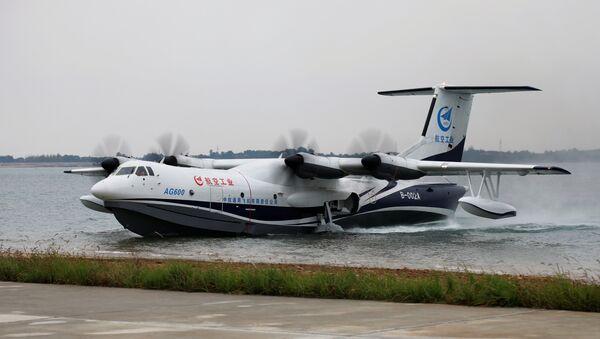 El hidroavión chino AG600 aterriza sobre al agua - Sputnik Mundo
