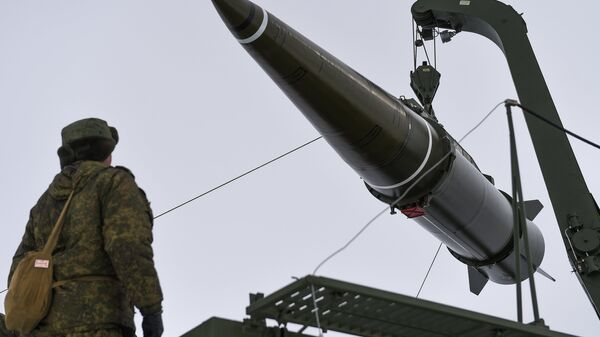 Militares se preparan para lanzar un misil del sistema Iskander-M - Sputnik Mundo