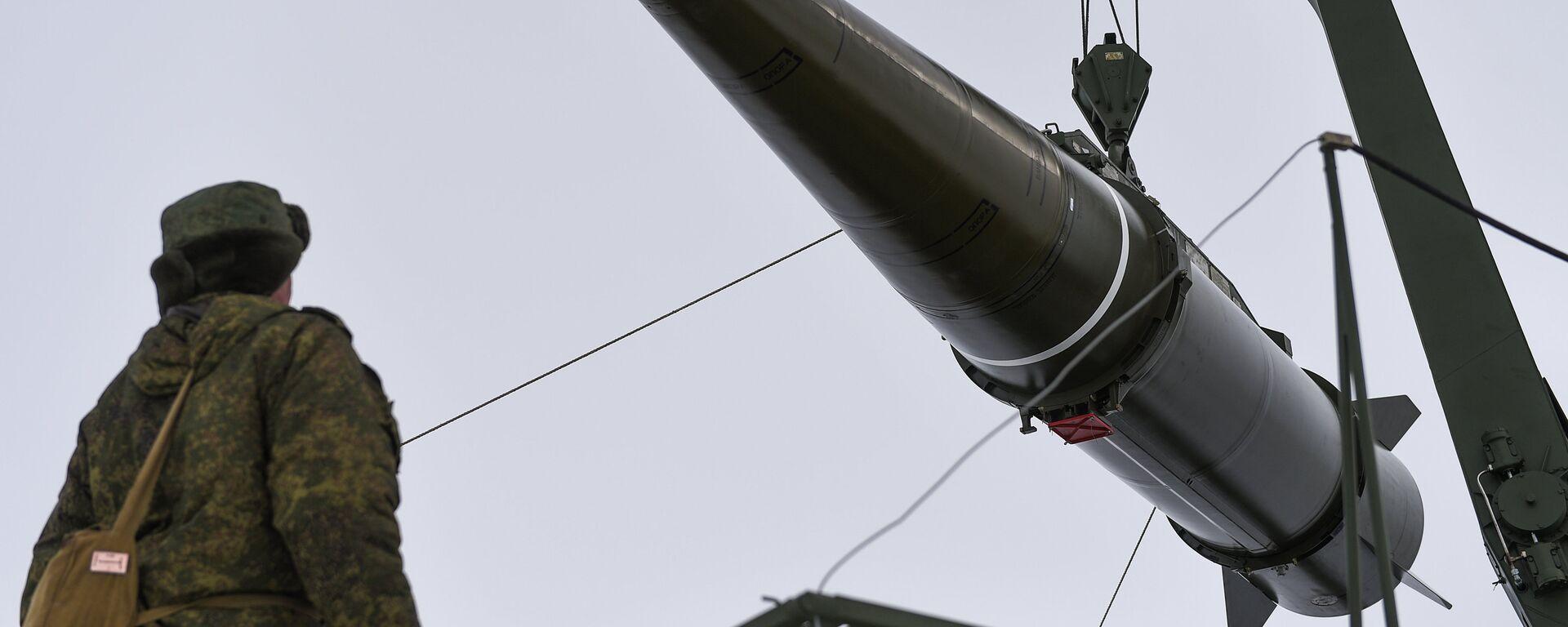 Militares se preparan para lanzar un misil del sistema Iskander-M - Sputnik Mundo, 1920, 12.11.2020