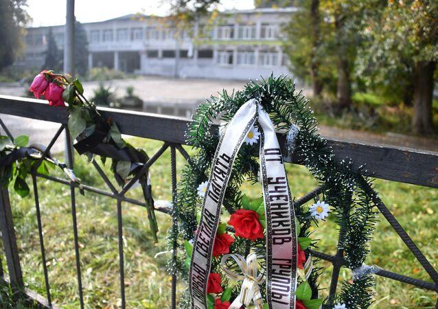 Homenaje a las víctimas de la masacre en Kerch cerca de la entrada principal del politécnico de Kerch tras la explosión