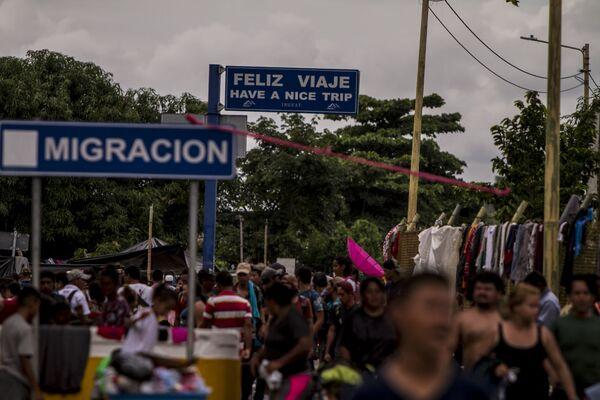 Miles de personas migrantes en el puente internacional entre Guatemala y México intentan cruzar para pedir el asilo mexicano - Sputnik Mundo