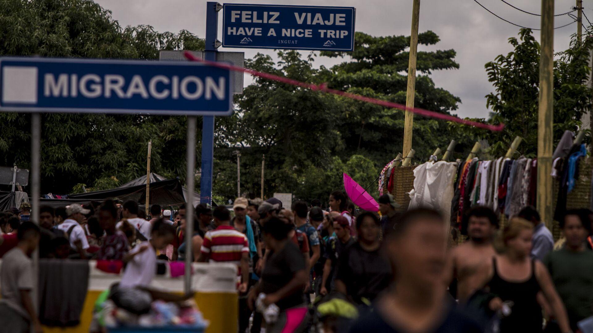 Miles de personas migrantes en el puente internacional entre Guatemala y México intentan cruzar para pedir el asilo mexicano - Sputnik Mundo, 1920, 08.06.2021