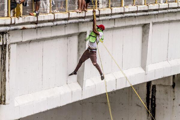 Una persona salta del puente internacional entre México y Guatemala a falta de respuestas del Gobierno mexicano para abrirle el paso a la caravana de Hondureños - Sputnik Mundo