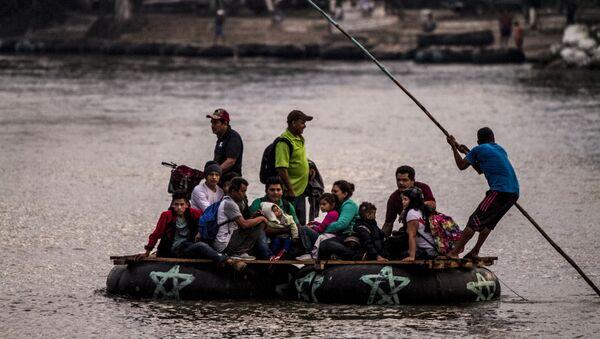 Un grupo de personas centroamericanas cruza el Río Suchiate para seguir con el camino de la Caravana de Hondureños - Sputnik Mundo