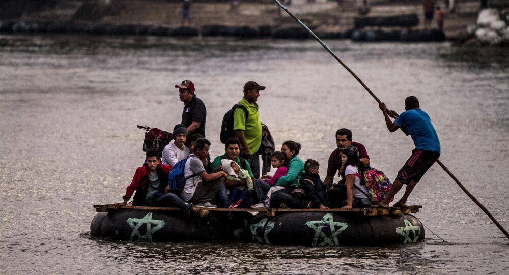 Un grupo de personas centroamericanas cruza el Río Suchiate para seguir con el camino de la Caravana de Hondureños