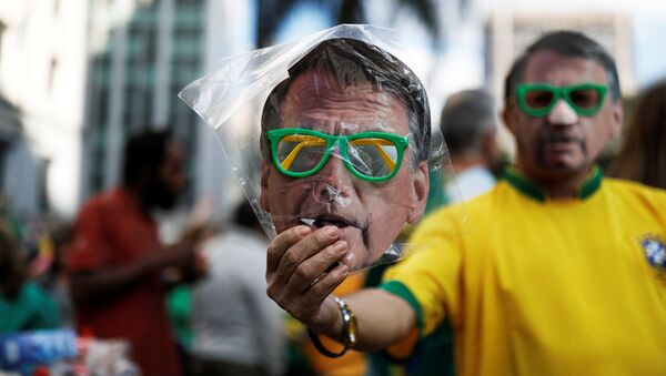 La máscara con la imagen del candidato brasileño presidencial ultraderechista Jair Bolsonaro - Sputnik Mundo