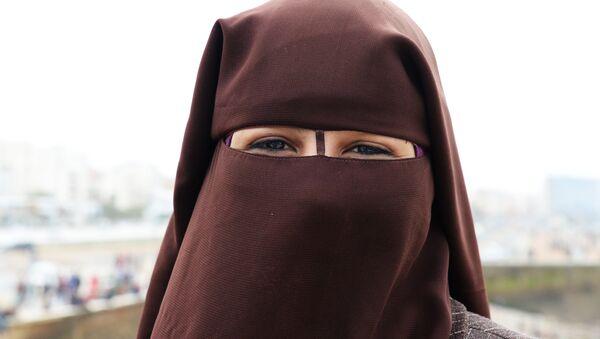 Una mujer llevando velo islámico - Sputnik Mundo