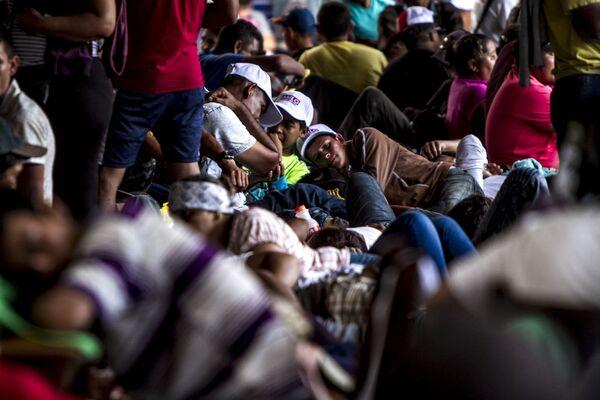 Miles de migrantes centroamericanos descansan en el parque Miguel Hidalgo de Tapachula para seguir su camino al norte de México - Sputnik Mundo