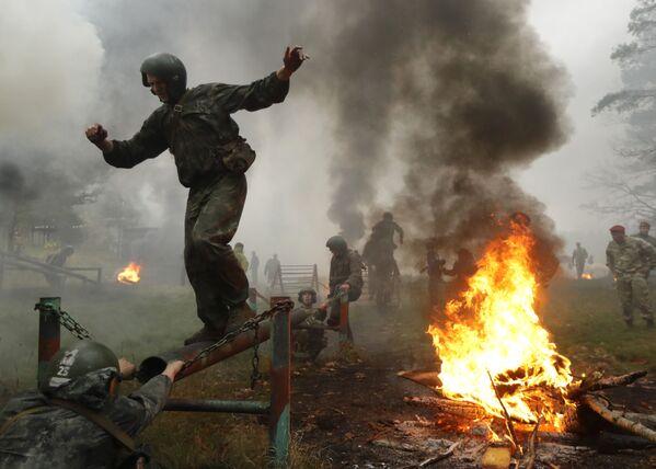 La boina granate: la 'prueba de fuego' para los militares más valientes de Bielorrusia - Sputnik Mundo