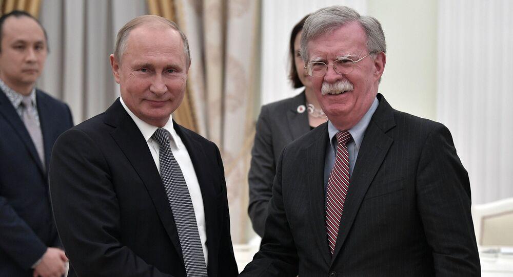 Presidente de Rusia, Vladímir Putin, y exasesor de la Casa Blanca para la Seguridad Nacional, John Bolton