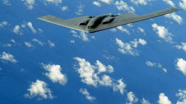 Un bombardero estratégico B-2 de EEUU durante el vuelo (archivo) - Sputnik Mundo