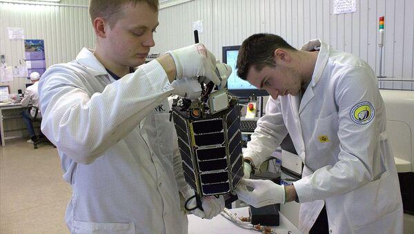 El nanosatélite ruso TNS-0 №2 durante la preparación para el lanzamiento (archivo) - Sputnik Mundo
